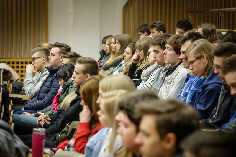 Uczestnicy spotkania zgromadzeni w auli na Wydziale Nauk Społecznych