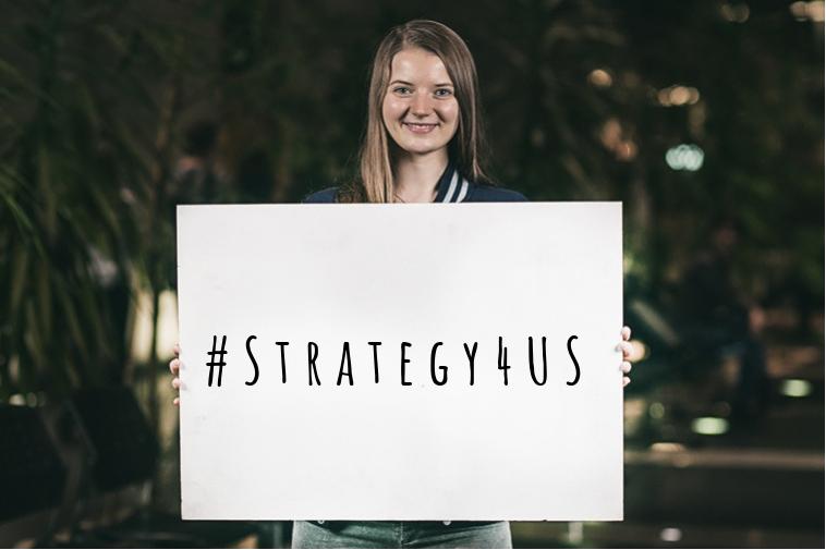 Dziewczyna trzymająca kartkę z napisem #Strategy4US