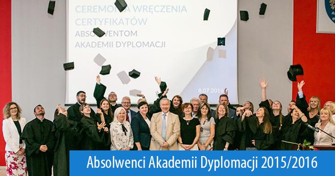 Wspólne zdjęcie absolwentów Akademii Dyplomacji 2015/2016