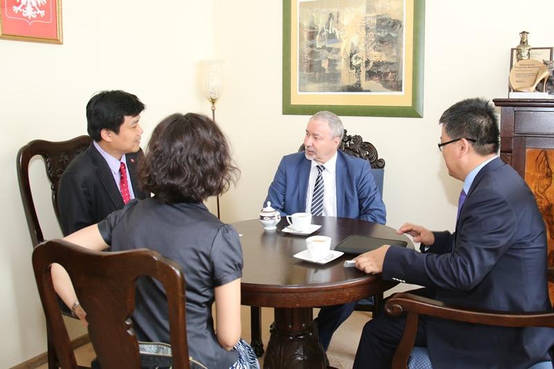 Zdjęcie ze spotkania JM Rektora UŚ prof. Wiesława Banysia z przedstawicielami Pekińskiego Uniwersytetu Języków Obcych