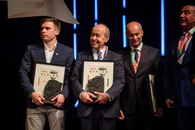 Grupa osób z nagrodami, Uniwersytet Śląski uhonorowany został za zajęcie 12. miejsca podczas Akademickich Mistrzostw Polski 2017/2018, a rektor uczelni odebrał podziękowanie za działalność na rzecz rozwoju sportu akademickiego