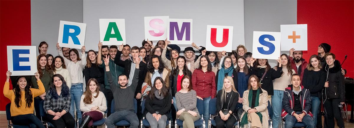 Zdjęcie grupowe studentów zagranicznych