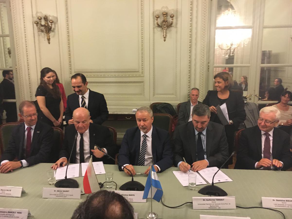 Zdjęcie z podpisania umowy w Argentynie