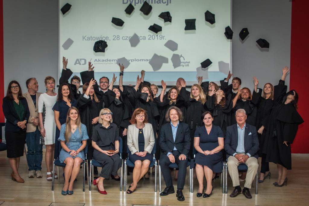 Absolwenci i wykładowcy Akademii Dyplomacji UŚ
