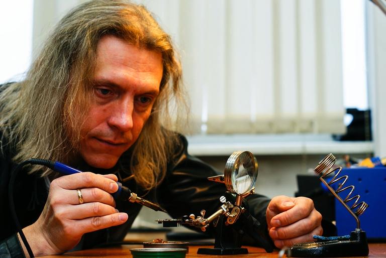Dr Paweł Janik podczas pracy przy układach elektronicznych