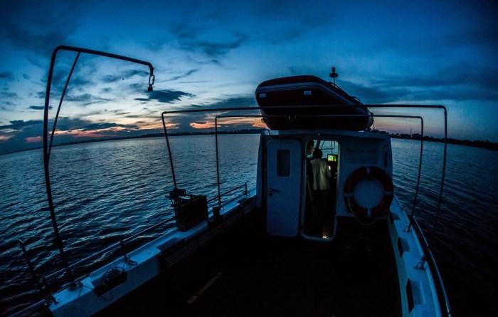 Zdjęcie łodzi badawczej UŚki na zbiorniku goczałkowickim wieczorem