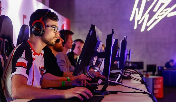 mężczyźni siedzą przy komputerach