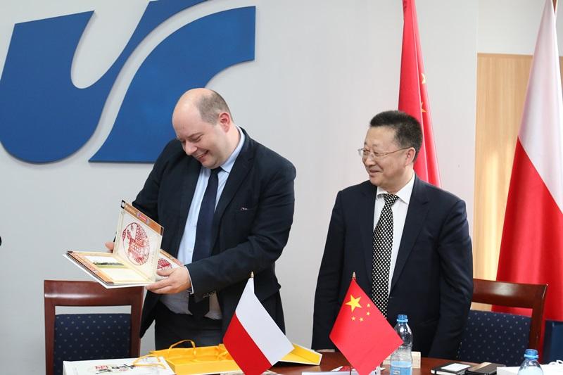 Prorektor prof. Michał Daszykowski otrzymał upominek od przedstawiciela Northeastern University z Shenyang