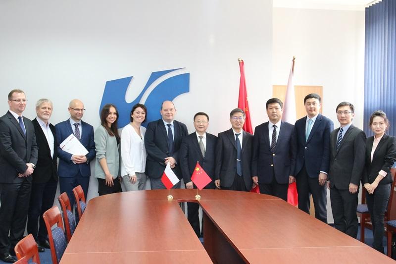 Zdjęcie grupowe uczestników spotkania przedstawicieli UŚ z delegacją z Chin