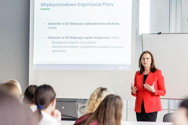 Prof. Gertruda Uścińska w trakcie wykładu