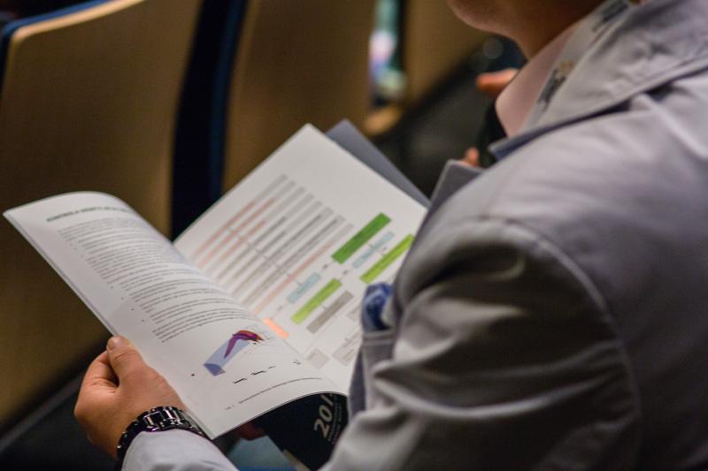 Osoba przeglądająca broszurę. Fot. Sekcja Prasowa UŚ