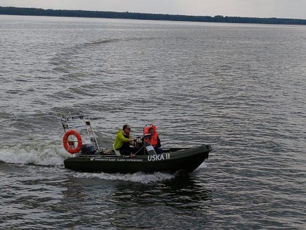Naukowcy w łodzi badawczej na zbiorniku w Goczałkowicach