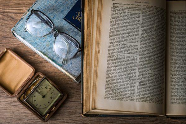 otwarta książka, zegar, okulary