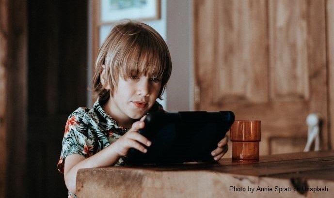 Chłopiec trzyma w rękach tablet