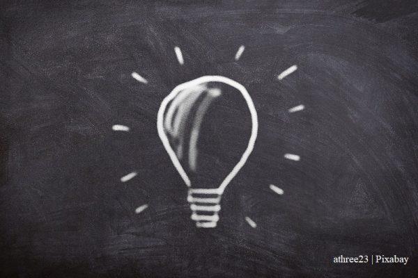 żarówka narysowana kredą na tablicy/light bulb drawn with chalk on a blackboard