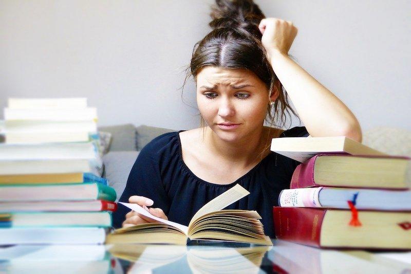 Dziewczyna uczy się, czyta książkę