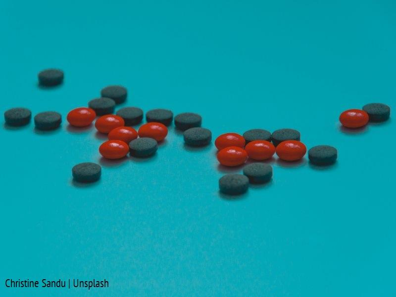 Tabletki na niebieskim tle