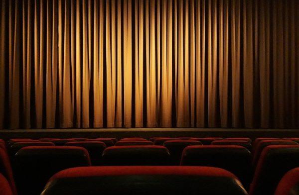 kurtyna w sali teatralnej