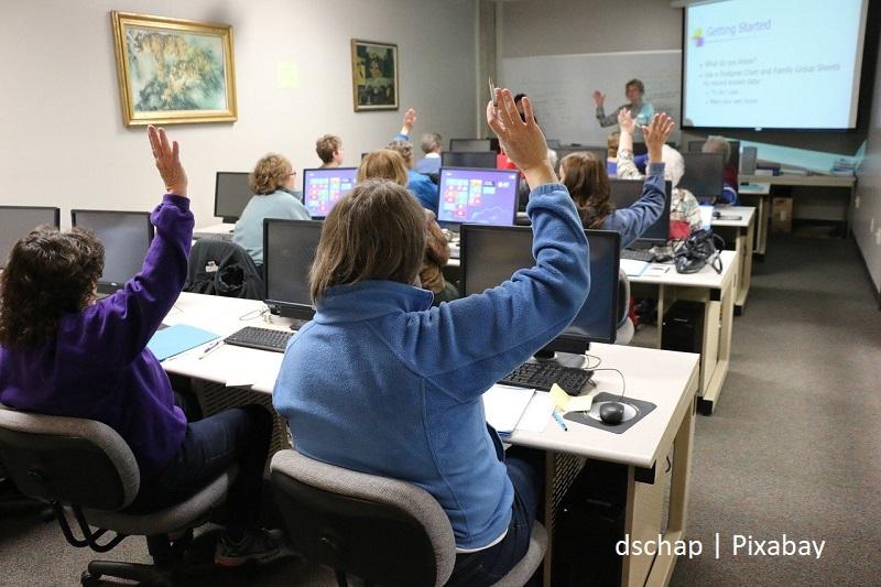 dzieci w klasie przy komputerach