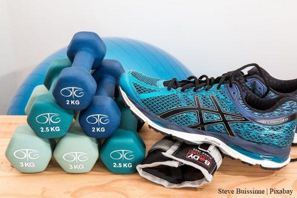 hantle, buty sportowe, opaska, w tle piłka gimnastyczna