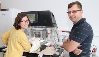 Dr inż. Justyna Knapik-Kowalczuk oraz prof. zw. dr hab. Marian Paluch w laboratorium