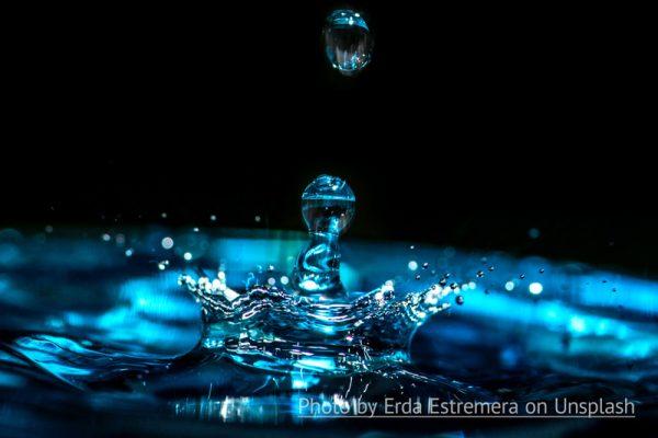 Kropla wody uradzająca w powierzchnię