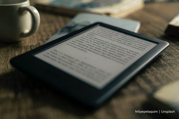 czytnik e-booków leżący na stole