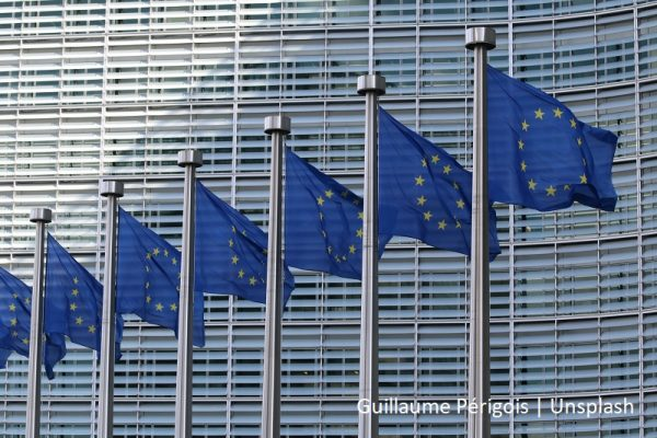 kilka flag Unii Europejskiej na masztach