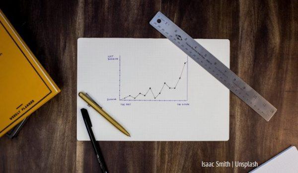 Wykres i linijka oraz ołówki na blacie