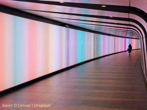 Tunel oświetlony wielokolorowym światłem