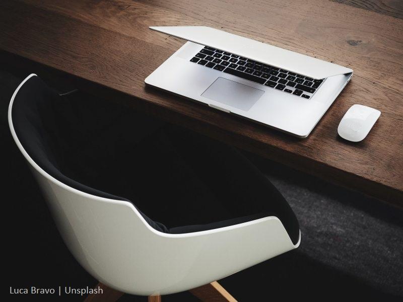 krzesło i komputer