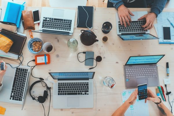 widok z góry na laptopy leżące na stole