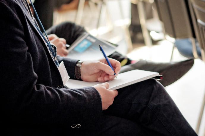 Osoba wykonująca notatki. Fot. Julia Agnieszka Szymala