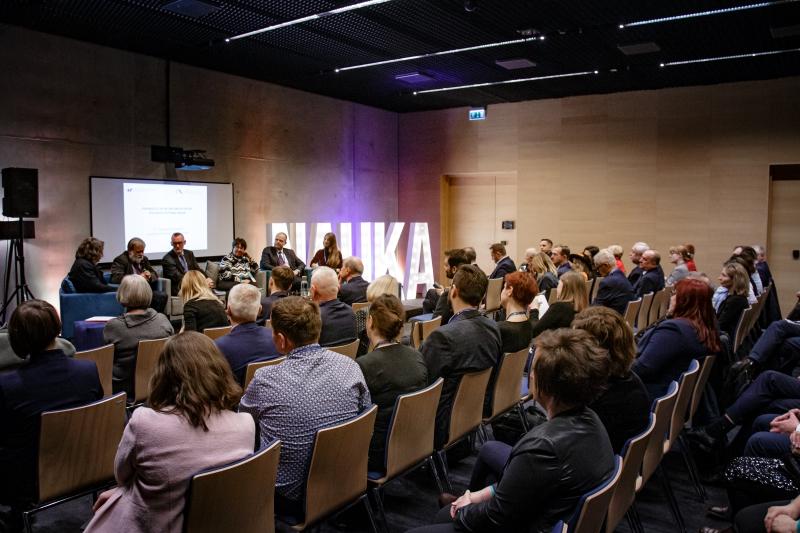 Ludzie zgromadzeni w sali konferencyjnej