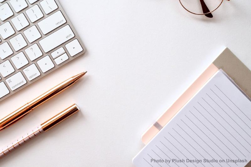 Klawiatura i notatnik. Fot. Plush Design Studio on Unsplash/Keyboard and notebook