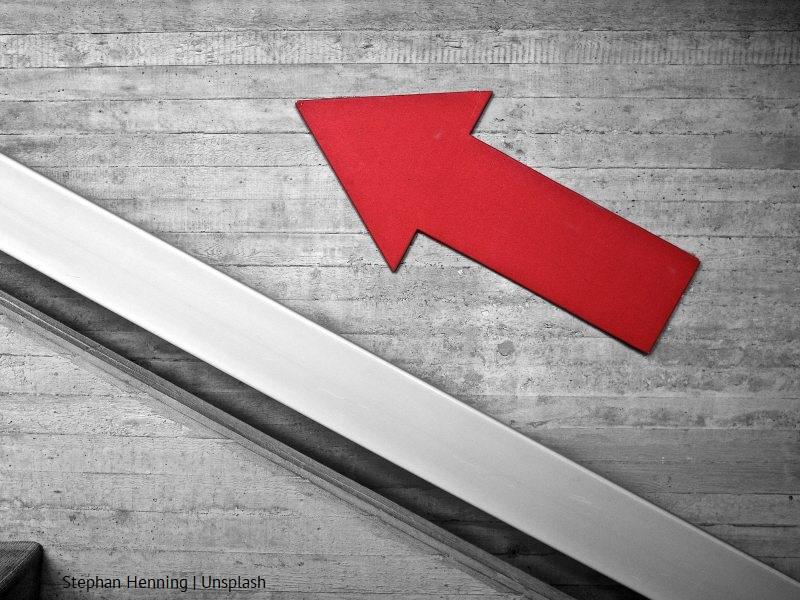 Schody i czerwona strzałka skierowana w górę