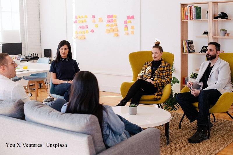 grupa osób siedzi podczas spotkania