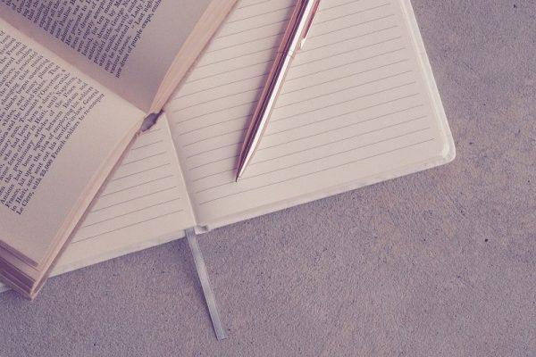 otwarta książka, otwarty notatnik, długopis