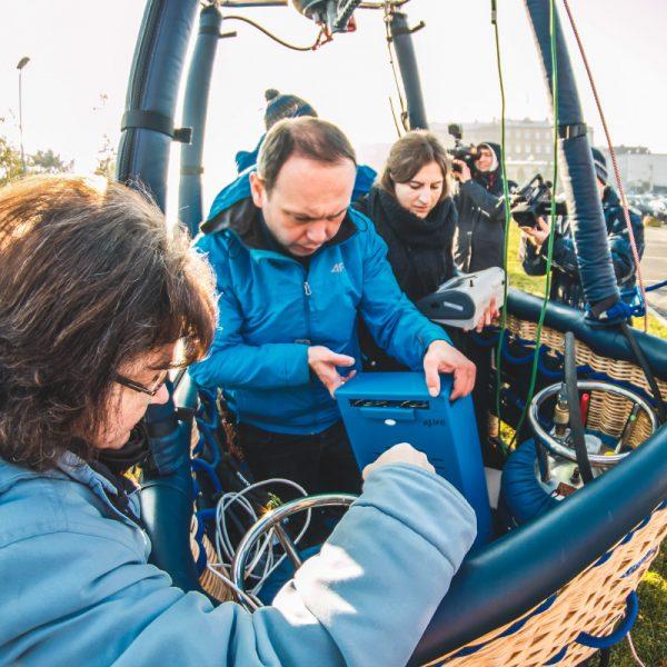 Montowanie aparatury pomiarowej w balonie badawczym