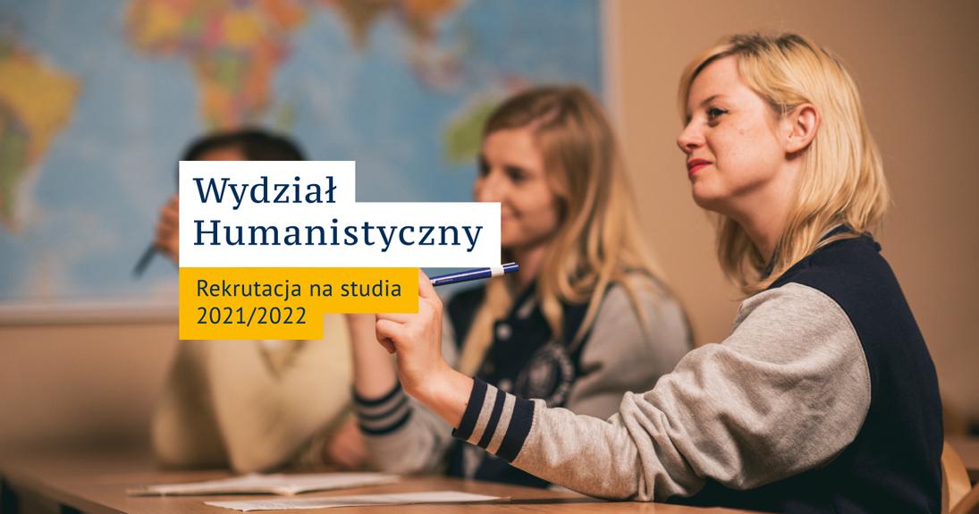 Trójka studentów siedzących w ławce podczas lekcji. Napis: Wydział Humanistyczny Rekrutacja na studia 2021/2022