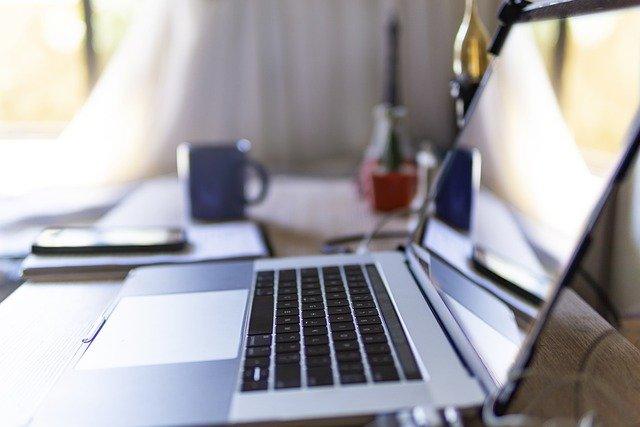 zbliżenie na otwarty laptop widziany z boku