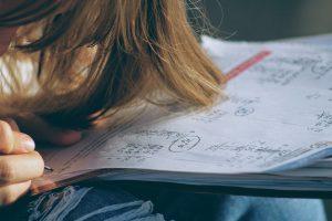 uczeń rozwiązujący zadanie z matematyki