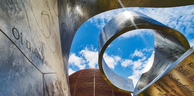 Obiekt stojący na terenie CERN – wstęga z metalu z napisami