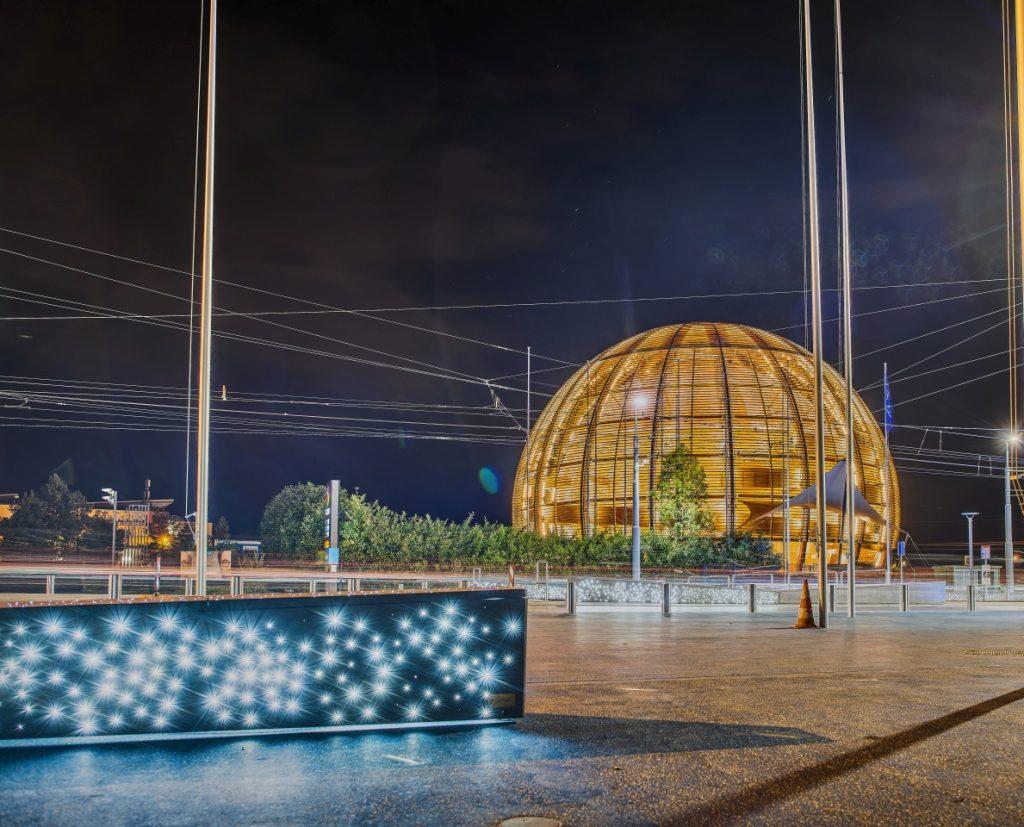 Jeden z budynków CERN, panorama nocna